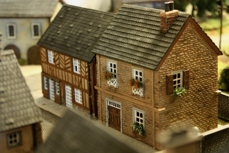 Landhaus und Fachwerkhaus rechte Strassenseite